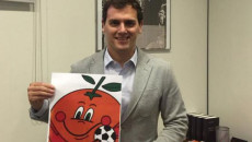 Albert Rivera posa con una foto de Naranjito
