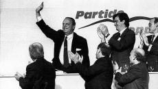 Álvarez Cascos aplaude a Manuel Fraga en el X Congreso del PP, celebrado en Sevilla, en el que Aznar asumió el liderazgo. A sus espaldas, el primer logo del partido, diseñado por Fernando Martínez Vidal